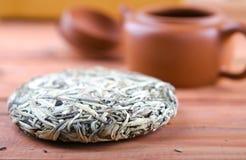 Kines tryckte på vitt te, silvervisare royaltyfri fotografi