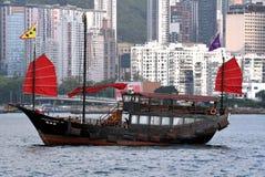 Kines turnerar skräpskeppet i Hong Kong arkivbilder