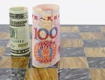 Kines Yuan och upprätt amerikandollar på modigt bräde Royaltyfria Bilder