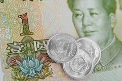 Kinesanmärkningar och mynt Arkivfoton