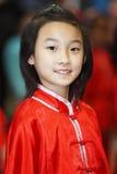 kinesen beklär den traditionella flickaståenden Arkivfoto