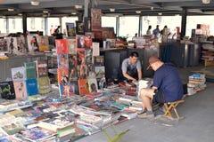 Kinesen köper utländska böcker Royaltyfri Fotografi