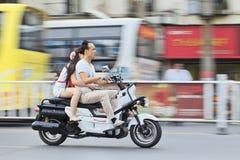 Kinesen kopplar ihop på en motorcykel Royaltyfri Fotografi