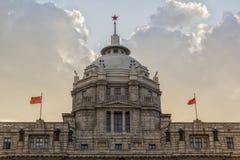 Kinesflaggor på byggnaden Arkivfoto