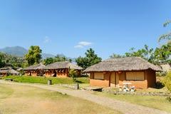 Kineshus som göras av lera i kulle på den Santichon byn, Pai c Arkivbild