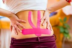 Kinesio-лента беременной женщины нося Стоковая Фотография
