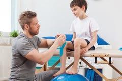 Kinesio som tejpar i pediatrik Royaltyfri Bild