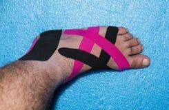Kinesiologie-therapeutisches elastisches Sport-Band Stockbilder