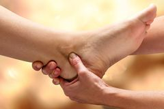 Kinesiologist die voetmanipulatie op enkel doen royalty-vrije stock foto's