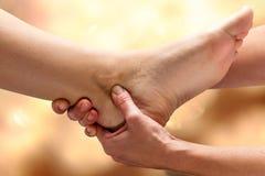 Kinesiologist que faz a manipulação do pé no tornozelo fotos de stock royalty free