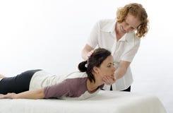 Kinesiologist que trata los músculos del cuello Imagenes de archivo