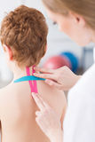 Kinesiotaping ως νέα μέθοδο στη φυσιοθεραπεία Στοκ φωτογραφία με δικαίωμα ελεύθερης χρήσης