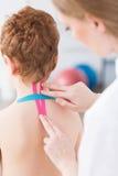 Kinesiotaping como um método novo na fisioterapia foto de stock royalty free