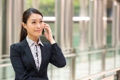 Kinesisk affärskvinna utanför kontor Arkivbilder