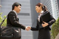 Kinesisk affärsman och affärskvinna Arkivfoto