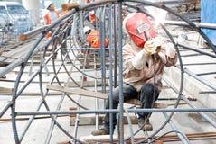 kinesisk arbetare för stålsvetsning arkivbild