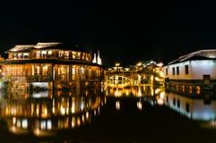 Kinesisk arkitektur på natten Arkivbild