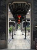 Kinesisk arkitektur till och med dörröppningen med lyktor Arkivbilder
