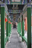 Kinesisk arkitektur till och med dörröppningen med lyktor Arkivfoto