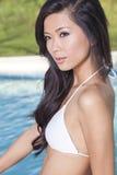 Kinesisk asiatisk kvinna i bikini av simbassängen Royaltyfria Foton