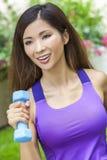 Kinesisk asiatisk kvinnaflicka som övar med vikter Royaltyfria Bilder