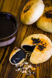 Kinesisk bakelse med te/kinesisk bakelse/kinesisk bakelse med te på trä Royaltyfria Foton