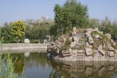 Kinesisk berg- och vattenträdgård av den Taihao mausoleet Royaltyfri Bild