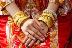 Kinesisk bröllopceremoni med guld- armringar Fotografering för Bildbyråer