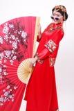 Kinesisk bröllopsklänning och en härlig brud arkivfoton