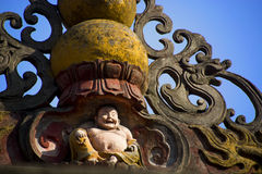 Kinesisk buddistskulptur på taket Arkivbild