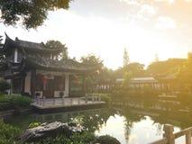 Kinesisk byggnad runt om dammet med reflexion i vatten och beauti royaltyfri foto