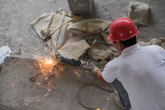 Kinesisk byggnadsarbetare Cutting Metal Rebar Arkivfoton