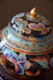 Kinesisk Cloisonne - en detalj - som är nära upp på svart bakgrund Royaltyfri Bild