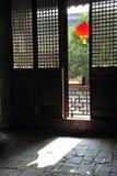 kinesisk dörrlykta utanför red royaltyfri foto