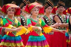 Kinesisk dansflicka i Zhuang person som tillhör en etnisk minoritetfestival Fotografering för Bildbyråer