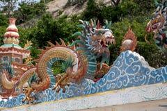 Kinesisk drake för sten i den thailändska templet Royaltyfri Fotografi