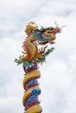 Kinesisk drake för sten i den thailändska templet Royaltyfri Bild