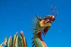 Kinesisk drake på den blåa himlen Royaltyfri Bild
