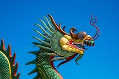 Kinesisk drake på den blåa himlen Arkivfoton