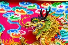 Kinesisk drake på väggen Arkivfoton