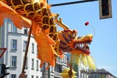 Kinesisk drake som kommas med till och med gatorna av Berlin under folkets karneval arkivbilder