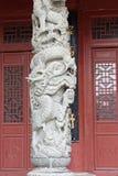Kinesisk drake - stenpelarlättnad Royaltyfri Bild