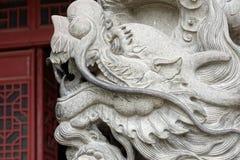 Kinesisk drake - stenpelarlättnad Arkivbild