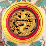 Kinesisk drakeskulptur på tempelväggen royaltyfria foton