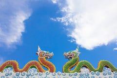 Kinesisk drakestaty på blåttskyen Royaltyfria Foton