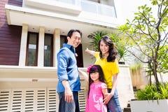 Kinesisk familj framme av huset arkivfoto