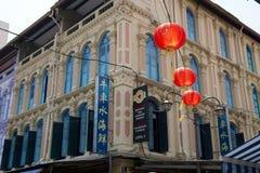Kinesisk fjärdedel för typiska hus, röda lyktor, historisk arkitektur, Singapore arkivbilder