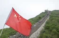 Kinesisk flagga på den stora väggen av Kina Arkivbild