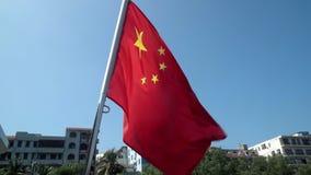 Kinesisk flagga som vinkar i vinden i ultrarapid lager videofilmer