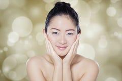 Kinesisk flicka med den sunda hudframsidan Royaltyfri Fotografi